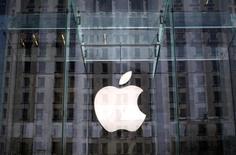 """Apple a échoué à faire empêcher la mise en place d'une instance de """"surveillance antitrust"""" dans les livres électroniques, segment dans lequel le groupe a été reconnu coupable d'entente sur les prix par un juge. /Photo d'archives/REUTERS/Mike Segar"""
