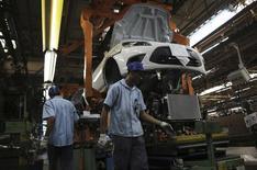Funcionários montam um carro da Ford na fábrica da empresa em São Bernardo do Campo. O emprego na indústria brasileira mostrou estabilidade em novembro na comparação com outubro mas recuou 1,7 por cento na comparação com o mesmo mês de 2012, informou o Instituto Brasileiro de Geografia e Estatística (IBGE) nesta terça-feira. 13/08/2013 REUTERS/Nacho Doce