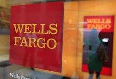 Le bénéfice de Wells Fargo est supérieur au consensus au quatrième trimestre, grâce à une forte baisse des provisions sur créances douteuses et irrécouvrables, élément qui a permis de compenser une nette contraction des prêts immobiliers, segment dont la banque est le leader. /Photo d'archives/REUTERS/Shannon Stapleton