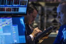 Wall Street a ouvert en hausse mardi, récupérant une petite partie du terrain perdu la veille à la faveur de ventes au détail meilleures que prévu. Dans les premiers échanges, l'indice Dow Jones gagnait 0,29%, le S&P-500 prenait 0,42% et que Nasdaq Composite avançait de 0,54%. /Photo prise le 13 janvier 2014/REUTERS/Brendan McDermid