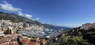 Monaco a retenu l'entreprise Bouygues pour l'étude et la réalisation de l'extension sur la mer de six hectares de la Principauté. Cette extension, située entre deux zones marines protégées pour leur faune et leur flore remarquables, devrait abriter des logements de très grand luxe, des commerces, des bureaux et un port d'environ 30 à 40 anneaux. /Photo prise le 5 octobre 2013/REUTERS/Eric Gaillard