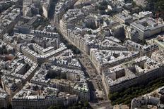 La Fédération nationale de l'immobilier (FNAIM) estime à 5,1% la baisse du nombre des transactions de logements anciens conclues en France en 2013, une dégradation qui, paradoxalement, ne s'est pas traduite par une chute importante des prix. /Photo d'archives/REUTERS/Charles Platiau