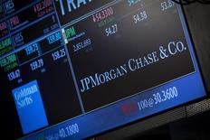 Un monitor muestra el precio de las acciones de JP Morgan Chase & Co. en su puesto de cotización en la bolsa de Nueva York, oct 21 2013. JPMorgan Chase & Co reportó una caída de un 7,3 por ciento en sus ganancias trimestrales, después de que el mayor banco de Estados Unidos por activos asumió una serie de pagos por no informar sobre actividades sospechosas de fraude de Bernard Madoff. REUTERS/Brendan McDermid
