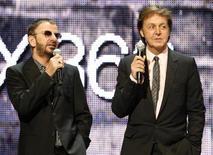 """Ringo Starr (en la imagen a la izquierda) y Paul McCartney, de la banda The Beatles, presentan el juego """"The Beatles Rock Band"""" en la E3 del 2009 en Los Angeles. 1 de junio, 2009. McCartney y Starr se presentarán este mes en la ceremonia de entrega de los premios Grammy, donde recibirán un reconocimiento a la trayectoria en nombre de la mítica banda The Beatles, dijeron el martes los organizadores. REUTERS/Fred Prouser"""