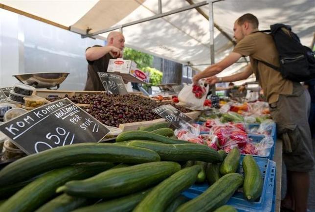 1月14日、国際非政府組織オックスファムが発表した「健康な食事」に関する最新の世界ランキングでは、最も健康的な食事を取っている国はオランダとなった。アムステルダムのオーガニック野菜市場で2011年6月撮影(2014年 ロイター/Robin van Lonkhuijsen)