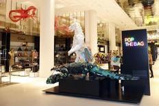 Le Printemps inaugure mercredi un nouveau magasin dans le Carrousel du Louvre, où il espère tirer parti de la manne touristique offerte par le musée le plus visité au monde pour contrebalancer le ralentissement du secteur du luxe. /Photo prise le 13 janvier 2014/REUTERS/Charles Platiau