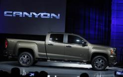Le Canyon 2015 de General Motors dévoilé au salon de Détroit. Le constructeur américain versera un dividende de 30 cents par action ordinaire au titre du trimestre écoulé, le premier depuis près de six ans, marquant ainsi une nouvelle étape après son renflouement en 2009. /Photo prise le 12 janvier 2014/REUTERS/Rebecca Cook