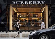 Люди проходят мимо магазина Burberry в Пекине 11 июля 2012 года. Британский производитель товаров класса люкс Burberry увеличил выручку в рождественский квартал на 14 процентов, но предупредил, что нынешний уровень валютных курсов станет серьезным препятствием во второй половине финансового года. REUTERS/Jason Lee