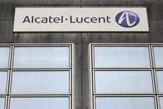 Alcatel-Lucent va réduire l'ampleur des suppressions d'emplois prévues en France dans le cadre de sa restructuration, qui seront ramenées à 669 contre 881 à l'origine, selon le syndicat CFDT. /Photo prise le 15 octobre 2013/REUTERS/Stéphane Mahé