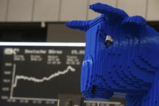 Uma figura de um touro montada com peças de Lego na frente do painel do índice alemão de preços DAX na bolsa de valores de Frankfurt. A Cetip, maior depositária de títulos privados da América Latina, informou nesta quarta-feira que o novo instrumento de captação bancária, o Certificado de Operações Estruturadas (COE), movimentou 22,2 milhões de reais em seu primeiro dia de utilização. 15/01/2014 REUTERS/Ralph Orlowski
