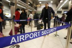 Румыны проходят контроль в аэропорту Бухареста перед вылетом в Великобританию 1 января 2014 года. Президент Еврокомиссии Жозе Мануэл Баррозу в среду обвинил некоторые страны ЕС в стремлении ограничить свободное передвижение людей и назвал подобную политику шовинизмом. REUTERS/Bogdan Cristel