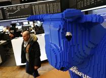 Un taureau, symbole de la hausse des cours, à la Bourse de Francfort, mercredi. Les Bourses de la zone euro ont clôturé en hausse mercredi et retrouvé leurs niveaux d'avant-crise (septembre 2008), dopées par le sentiment d'une amélioration des perspectives économiques lui-même alimenté par le relèvement des prévisions de la Banque mondiale et des indicateurs américains meilleurs qu'attendu. Paris a gagné 1,35% pour finir à 4.332,07 points et Francfort 2,03%. /Photo prise le 15 janvuer 2014/REUTERS/Ralph Orlowski
