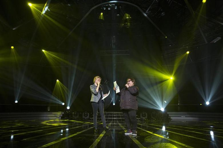 Rose Fostanes,47, a Filipina caregiver, (R) and Shiri Maimon, an Israeli pop singer and a judge in Israel's X-Factor talent show, sing during a rehearsal in Tel Aviv January 12, 2014. REUTER/Baz Ratner