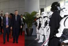 """Filmmaker George Lucas welcomes Singapore's Prime Minister Lee Hsien Loong as they walk past people dressed up as Stormtroopers and Darth Vader characters from Lucas' """"Star Wars"""" during the opening of Lucasfilms' new animation production facility, the Sandcrawler, in Singapore January 16, 2014. REUTERS/Edgar Su"""