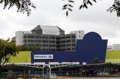 Carrefour a maintenu sa dynamique de croissance organique au quatrième trimestre 2013, marqué par un léger tassement de la croissance en France et au Brésil mais par un redressement de ses ventes en Espagne, troisième marché du groupe de distribution. /Photo prise le 24 décembre 2013/REUTERS/Paulo Whitaker