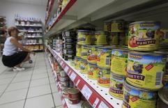 Полка с консервами в магазине Магнит в Подмосковье 1 августа 2012 года. Министерство экономики ждет, что в январе 2014 года инфляция в РФ составит 0,7-0,9 процента по сравнению с 1,0 процента в январе минувшего года, сказал журналистам заместитель министра экономики Андрей Клепач. REUTERS/Sergei Karpukhin