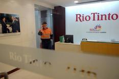 Rio Tinto a fait état jeudi d'une hausse supérieure à ses attentes de sa production de minerai de fer, composante essentielle de l'acier, qui représente 90% des bénéfices du groupe australo-britannique. /Photo d'archives/REUTERS