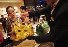 Dans un magasin Louis Vuitton à Shanghai. Les millionnaires chinois vont sans doute encore réduire leurs achats de produits de luxe cette année, confirmant une tendance qui complique la donne pour des marques occidentales, qui avaient fait de la Chine l'une de leurs priorités. /Photo d'archives/REUTERS/Carlos Barria