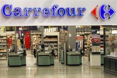 Carrefour, plus forte baisse du CAC 40, est en recul de 3% vers 12h20, tandis que la place boursière parisienne perd 0,11% à 4.327 points à la mi-séance, en raison de publications de sociétés jugées décevantes. /Photo d'archives/REUTERS/Charles Platiau