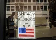 Рекламное объявление в витрине магазина в Сан-Франциско 13 мая 2013 года. Экономика США продолжала расти умеренными темпами с конца ноября до конца 2013 года, при этом некоторые регионы страны ожидают ускорения роста, сообщил Центробанк США в среду. REUTERS/Robert Galbraith
