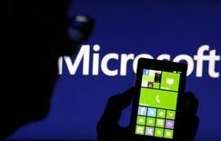 Microsoft, l'une des valeurs à suivre jeudi à la Bourse de New York. Le groupe informatique songe à Hans Vestberg, le directeur général d'Ericsson, pour succéder à son propre directeur général Steve Ballmer, selon Bloomberg qui cite des sources proches du dossier. /Photo prise le 3 septembre 2013/REUTERS/Dado Ruvic