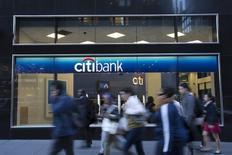Citigroup publie un bénéfice trimestriel en hausse de 21% à 2,60 milliards de dollars à la faveur d'une baisse de ses dépenses, la troisième banque américaine ayant en outre abaissé dans ses comptes les provisions pour créances hypothécaires douteuses. /Photo prise le 15 octobre 2013/REUTERS/Andrew Kelly
