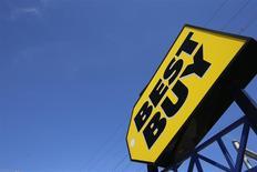 Best Buy, numéro un mondial de la distribution d'électronique grand public, a enregistré une baisse de ses ventes et de son chiffre d'affaires dans ses magasins aux Etats-Unis pendant la période cruciale des fêtes de fin d'année. /Photo prise le 23 septembre 2013/REUTERS/Jim Young
