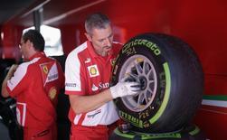 Mecânicos da equipe Ferrari de Fórmula 1 checam pneus da Pirelli no circuito Monza, antes do Grande Prêmio da Itália. A Pirelli renovou contrato com a Fórmula 1 e continuará sendo a fornecedora exclusiva de pneus para a categoria nos próximos três anos, disse a empresa italiana em nota nesta quinta-feira. 5/09/2013. REUTERS/Max Rossi