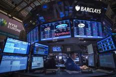 Foto de archivo de un operador en plena sesión en la Bolsa de Nueva York. Nov 12, 2013. El promedio industrial Dow Jones cayó el jueves y el índice S&P 500 retrocedió desde su máximo histórico alcanzado en la sesión previa, después de que los resultados de Goldman Sachs y de otros bancos estadounidenses decepcionaron a los inversores. REUTERS/Brendan McDermid