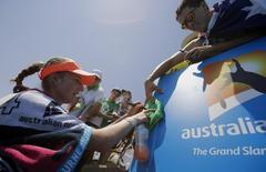 Россиянка Екатерина Макарова раздает автографы после победы над румынской теннисисткой Моникой Никулеску в 3-м круге Australian Open в Мельбурне 17 января 2014 года. Екатерина Макарова в пятницу одолела Монику Никулеску и вышла в четвертый круг Открытого чемпионата Австралии. REUTERS/Jason Reed