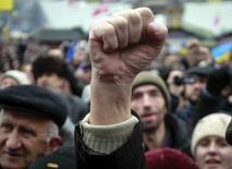 Участники акции протеста в Киеве 12 января 2014 года. Подконтрольное президенту Украины парламентское большинство, стремясь сдержать продолжающиеся почти два месяца массовые протесты, ужесточило наказание за участие в несанкционированных акциях по примеру богатых нефтью соседей. REUTERS/Gleb Garanich