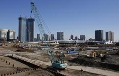 Chantier à Tokyo. Le Japon a revu en hausse son évaluation de l'économie nippone pour la première fois en quatre mois, reflet d'une consommation vigoureuse et d'une amélioration des dépenses d'investissement indiquant que la reprise se fait sur des bases plus solides. /Photo prise le 16 janvier 2014/REUTERS/Yuya Shino