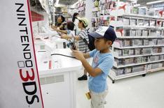 Nintendo anticipe une perte d'exploitation de 35 milliards de yens (246 millions d'euros) sur l'exercice 2013-2014 clos le 31 mars, alors qu'il projetait jusqu'alors un bénéfice de 100 milliards de yens, en raison de ventes de consoles Wii U et 3DS bien inférieures aux prévisions. /Photo d'archives/REUTERS/Yuriko Nakao