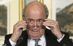 Президент ФИФА Зепп Блаттер на пресс-конференции в Дохе 9 ноября 2013 года. Бойкот Олимпийских игр в Сочи ничего не изменит, а решившиеся отказаться от поездки в Россию в знак протеста против якобы имеющей там место дискриминации таким образом только отдалятся от решения проблемы, считает глава ФИФА Зепп Блаттер. REUTERS/Fadi Al-Assaad