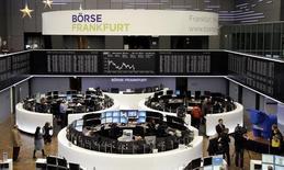 Помещение Франкфуртской фондовой биржи 30 декабря 2013 года. Европейские акции стабилизировались в районе максимумов 5,5 лет, а котировки Royal Dutch Shell снизились после предупреждения, что прибыль четвертого квартала будет ниже прогноза. REUTERS/Remote/Stringer