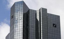 Le siège de Deutsche Bank à Francfort. La banque allemande envisage de se retirer du processus de fixation des niveaux de référence sur les marchés mondiaux, ou fixing, de l'or et de l'argent, après avoir limité son activité dans les matières premières. /Photo prise le 29 octobre 2013/REUTERS/Ralph Orlowski