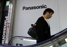 Homem passa por logo da Panasonic em loja de eletrônicos, em Tóquio, 31 de outubro de 2013. A Panasonic planeja vender três fábricas de montagem de chips no sudeste asiático à United Test and Assembly Center (Utac) , de Cingapura, disseram fontes familiarizadas com o assunto nesta sexta-feira, como parte da reorganização mundial da Panasonic. 31/10/2013 REUTERS/Toru Hanai
