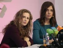 Integrantes da banda Pussy Riot Nadezhda Tolokonnikova (à direita) e Maria Alyokhina falam com a mídia durante coletiva em Moscou, Rússia, 27 de dezembro de 2013. A indicação da Pussy Riot a um prêmio artístico em Cingapura deve se estender também ao governo russo, por te dado destaque à banda punk ao prender suas integrantes por causa de um vídeo de protesto, ironizaram duas das integrantes do grupo. 27/12/2013 REUTERS/Tatyana Makeyeva