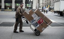UPS s'attend à publier au titre du quatrième trimestre un bénéfice inférieur aux attentes des analystes, en partie à cause de l'impact du mauvais temps sur ses activités en décembre. /Photo prise le 27 décembre 2013/REUTERS/Darren Ornitz