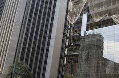 Funcionários trabalham em um canteiro de obras no centro financeiro de São Paulo, a avenida Paulista. O Brasil registrou taxa média de desemprego de 7,4 por cento em 2012 e de 7,7 por cento no primeiro semestre de 2013, segundo a nova pesquisa do Instituto Brasileiro de Geografia e Estatística (IBGE) sobre mercado de trabalho divulgada nesta sexta-feira, batizada de PNAD Contínua. 29/11/2013 REUTERS/Nacho Doce