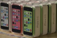 Celulares Apple iPhone 5c em uma loja da Apple na Fifth Avenue em Manhattan, Nova York. A NII Holdings, que fornece serviços de telecomunicações da marca Nextel na América Latina, disse que passará a oferecer o seus clientes no Brasil os novos iPhones da Apple 5S e 5C, levando suas ações para uma alta de 25 por cento antes da abertura do pregão. 20/09/2013 REUTERS/Adrees Latif
