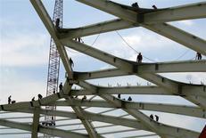Un grupo de empleados trabaja en la estructura del techo del estadio Arena Amazonia en Manaus, Brasil, dic 10 2013. La actividad económica de Brasil se contrajo más de lo esperado en noviembre pese a un repunte de las ventas minoristas, enfriando las esperanzas de una recuperación modesta tras la caída registrada en el tercer trimestre. REUTERS/Gary Hershorn