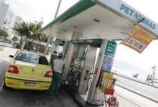 Una gasolinera de Petrobras en la playa de Copacabana en Río de Janeiro, sep 24 2010. La petrolera brasileña Petrobras anunció el viernes un plan de retiro voluntario para sus trabajadores como parte de sus intentos por racionalizar su estructura de costos y aumentar su productividad. REUTERS/Bruno Domingos