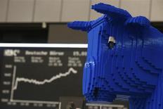 Una figura de un toro, realizada con bloques de Lego, en una estación de trabajo en la bolsa de comercio de Fráncfort, ene 15 2014. Las acciones europeas cerraron en alza el viernes en una jornada de mucha actividad, extendiendo el repunte de los primeros días del año gracias a que las expectativas de una aceleración del crecimiento global incitaron a los inversores a comprar valores mineros. REUTERS/Ralph Orlowski
