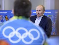 Russia's President Vladimir Putin (back) meets with volunteers who are taking part in the preparations for the Sochi 2014 Winter Olympic Games in Sochi, January 17, 2014. REUTERS/Alexei Nikolskyi/RIA Novosti/Kremlin
