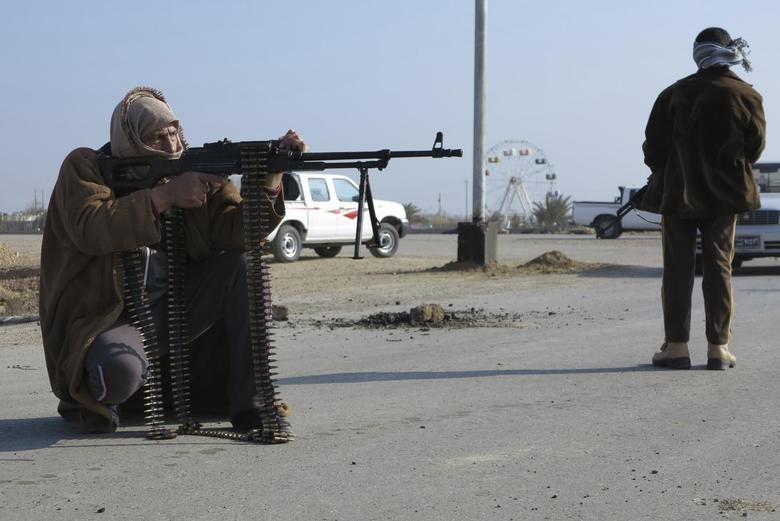 Tribal fighters deploy themselves on the streets of Ramadi January 6, 2014. REUTERS/Ali al-Mashhadani