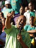 Joseph Mathunjwa, presidente de AMCU durante una huelga en Rustenburg, mayo 15, 2013. La Asociación de Sindicatos Mineros y de Construcción de Sudáfrica (AMCU, por su sigla en inglés) iniciará una huelga la próxima semana en los tres productores de platino más importantes del mundo, que afectaría a más de la mitad de la producción global y mermaría los márgenes de las empresas del sector. REUTERS/Siphiwe Sibeko