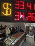 Вывеска пункта обмена валюты в московском метро 4 июня 2012 года. Рубль в понедельник утром обновил минимум полутора лет против доллара и остается вблизи минимумов 4,5 лет к бивалютной корзине и евро, показывая умеренную отрицательную динамику. REUTERS/Maxim Shemetov