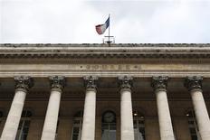 Les Bourses européennes ont débuté en léger recul lundi, alourdies notamment par le secteur bancaire, après l'annonce d'une perte inattendue de Deutsche Bank au quatrième trimestre, et le compartiment automobile, en vue de la recomposition du capital du groupe Peugeot. À Paris, l'indice CAC 40 reculait de 0,13% vers 9h35. /Photo d'archives/REUTERS/Charles Platiau