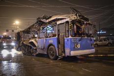 Развороченный взрывом троллейбус буксируют в Волгограде 30 декабря 2013 года. Исламистская группировка взяла на себя ответственность за взрывы в Волгограде, которые в конце декабря унесли жизни как минимум 34 человек, и пригрозила атаками против Олимпийских игр в Сочи. REUTERS/Sergei Karpov